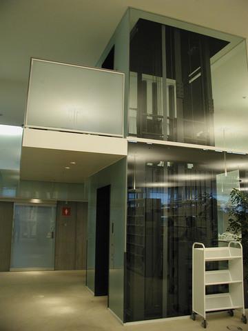 写真:3階から4階へのエレベータ