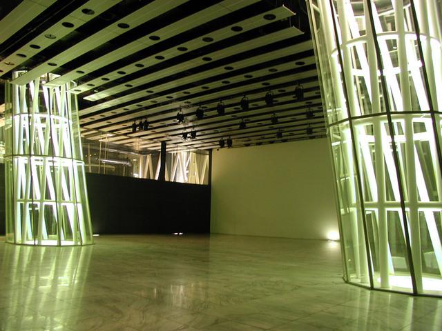 写真:オープンスクエア 7・8番チューブ照明