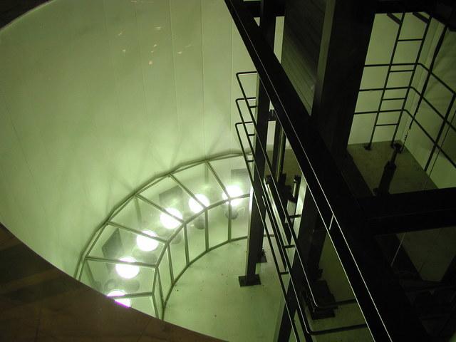 写真:チューブ地下底部分照明