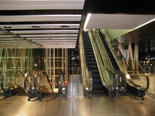 写真:1階から2階へのエレベータ中間