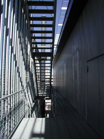 写真:屋上西側通路